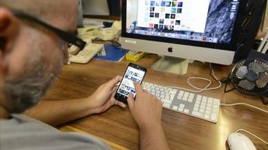 Un usuario se conecta a internet a través de su móvil y su ordenador.