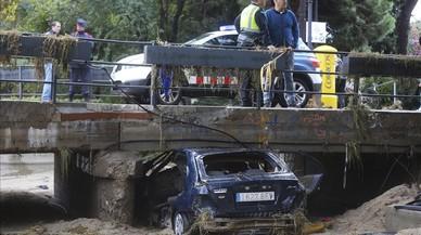 Vehicle en què va morir un veí de Mataróal ser arrossegat per l'aigua a la riera de Cabrils.