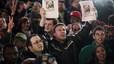 """Un hombre sostiene un cartel donde puede leerse """"Bin Laden está muerto"""" durante las celebraciones espontáneas en Nueva York."""