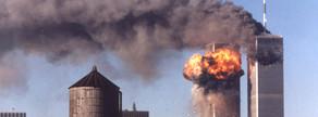 Les Torres Bessones de Nova York en flames instants després que el segon avió s'estavellés. Les dues torres es van ensorrar hores més tard.
