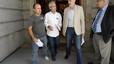 El diputado Joan Ridao acompañado por Jordi Funtané y Juan Fernandez, miembros de la plataforma 'Ayuda a Óscar Sánchez', a su salida de la reunión con el entonces ministro de justicia, Francisco Caamaño.