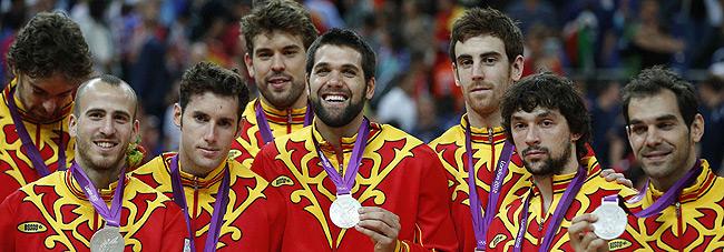 Els jugadors de la selecció espanyola de bàsquet, amb la medalla. EFE