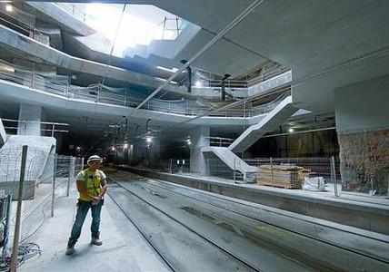 En construccin 8 Un operario, en las obras de la gigantesca estacin de Girona, ayer.