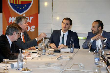 Albert Rivera, amb els seus companys de Ciutadans, aquest dilluns.