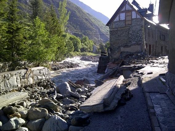 Daños causados por el río Garona a su paso por Arties, a primera hora del miércoles.