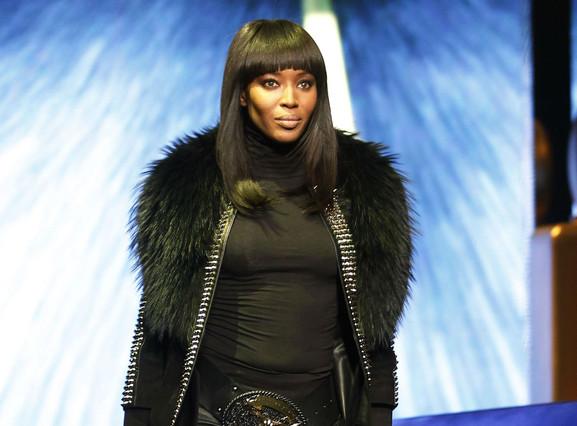 Naomi Campbell obrint la desfilada de Philipp Plein a la Milano Moda Donna, aquest diumenge.