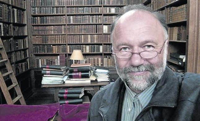 El escritor Andrei Kurkov, entre libros, en Kiev.