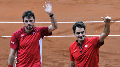 Stanislas Wawrinka y Roger Federer saludan al p�blico tras ganar el partido de dobles de la Copa Davis