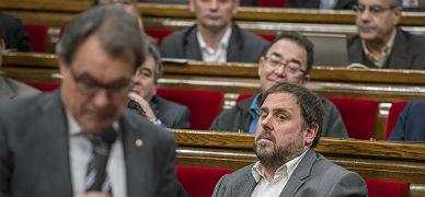 Junqueras mira a Mas de soslayo mientras este �ltimo habla durante la sesi�n de este mi�rcoles en el Parlament.