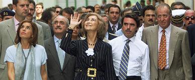 Los Reyes, Ana Botella y Jos� Aznar, en La Habana, en 1999, con motivo de la cumbre iberoamericana . Aquella cumbre se recuerda por dos cosas: por la frialdad con la que Fidel Castro trat� a Aznar y por la camisa del presidente.