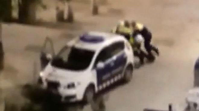 Cuatro mossos detienen a un chico en el centro de Barcelona.