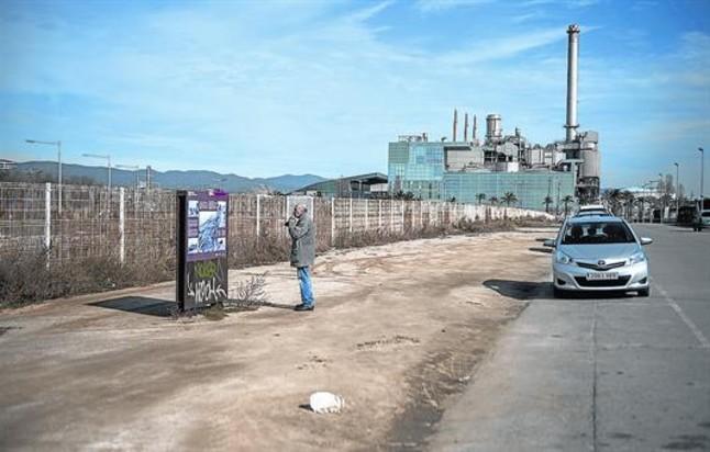 Un paseante, ayer, junto al cartel que indica la ubicación del parapeto del Camp de la Bota donde entre 1939 y 1952 fueron fusiladas 1.700 personas.