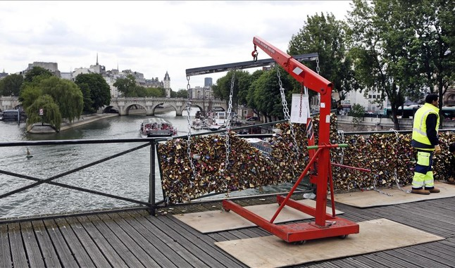 Retirada de los candados del puente de las Artes en París (1)