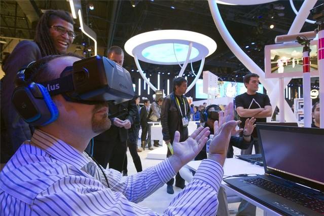 Un hombre prueba las gafas de realidad virtual Oculus Rift en la feria CES de Las Vegas.