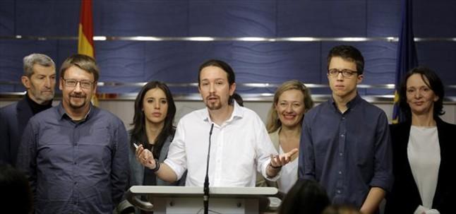 Pablo Iglesias comparece ayer en el Congreso con otros dirigentes de Podemos tras ver al Rey para proponer una coalición de gobierno de izquierdas presidida por Sánchez.