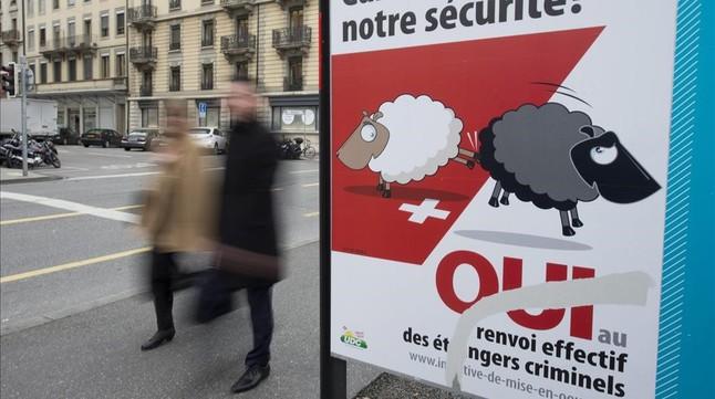 Póster de la campaña a favor de la expulsión de inmigrantes, en Ginebra, el 4 de febrero.