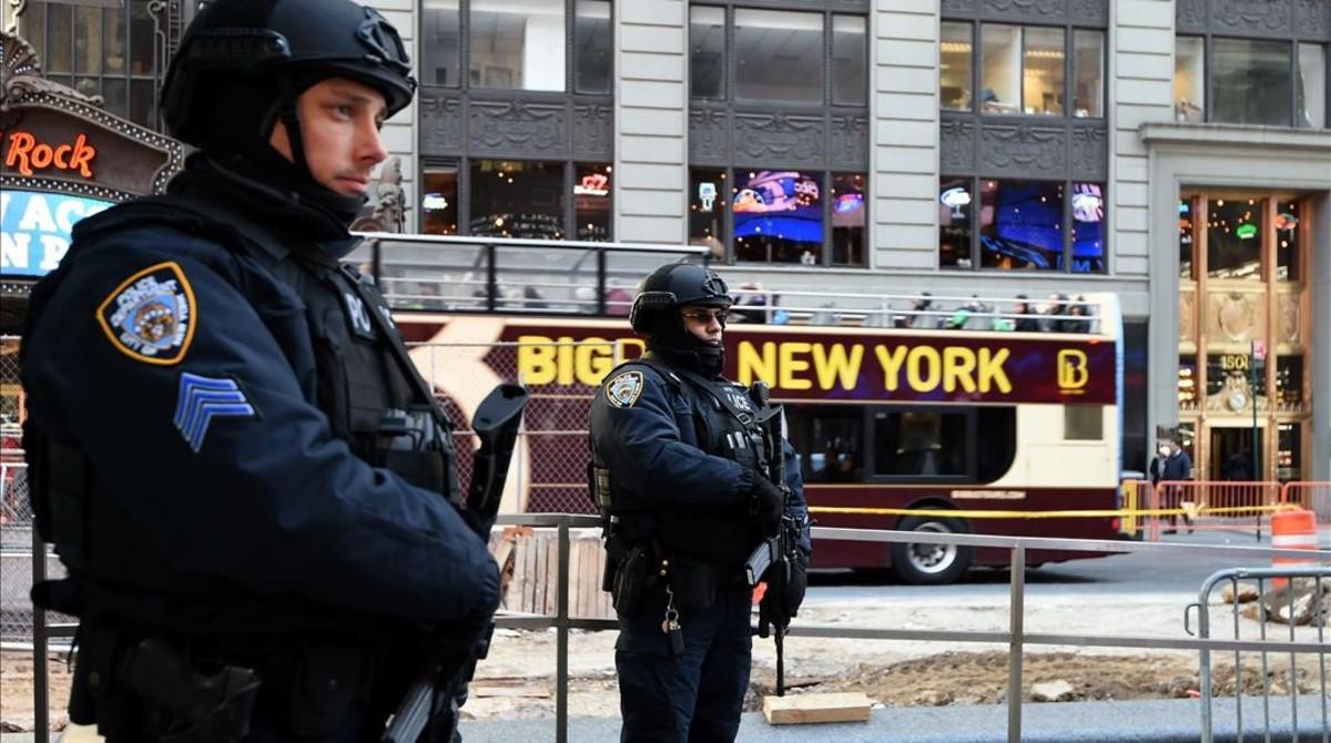Dos agentes de la policía de Nueva York, desplegados en Times Square, este martes, en Nueva York.