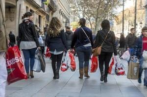 Viandantes en el Portal de lÀngel de Barcelona.
