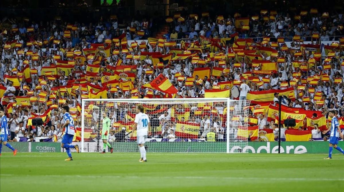 La afición madridista ondea banderas españolas en el Bernabéu en el partido del pasado 1 de octubre contra el Espanyol.
