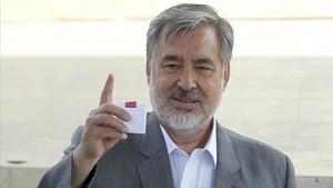 Guillier saluda antes de votar, en Antofagasta, el 17 de diciembre.