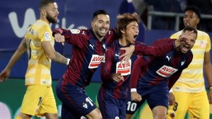 Inui celebra con Charles y Bebé el primer gol del Eibar ante el Girona.