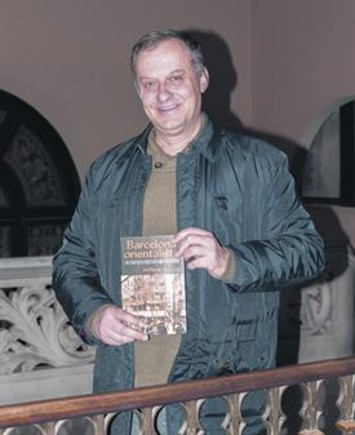 Oriol Pascual posa con su libro en la Casa Marsans.