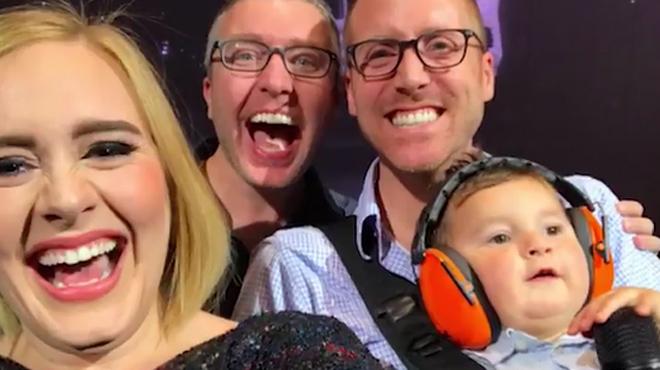 Adele se hace un selfi con unos padres gays y su beb�