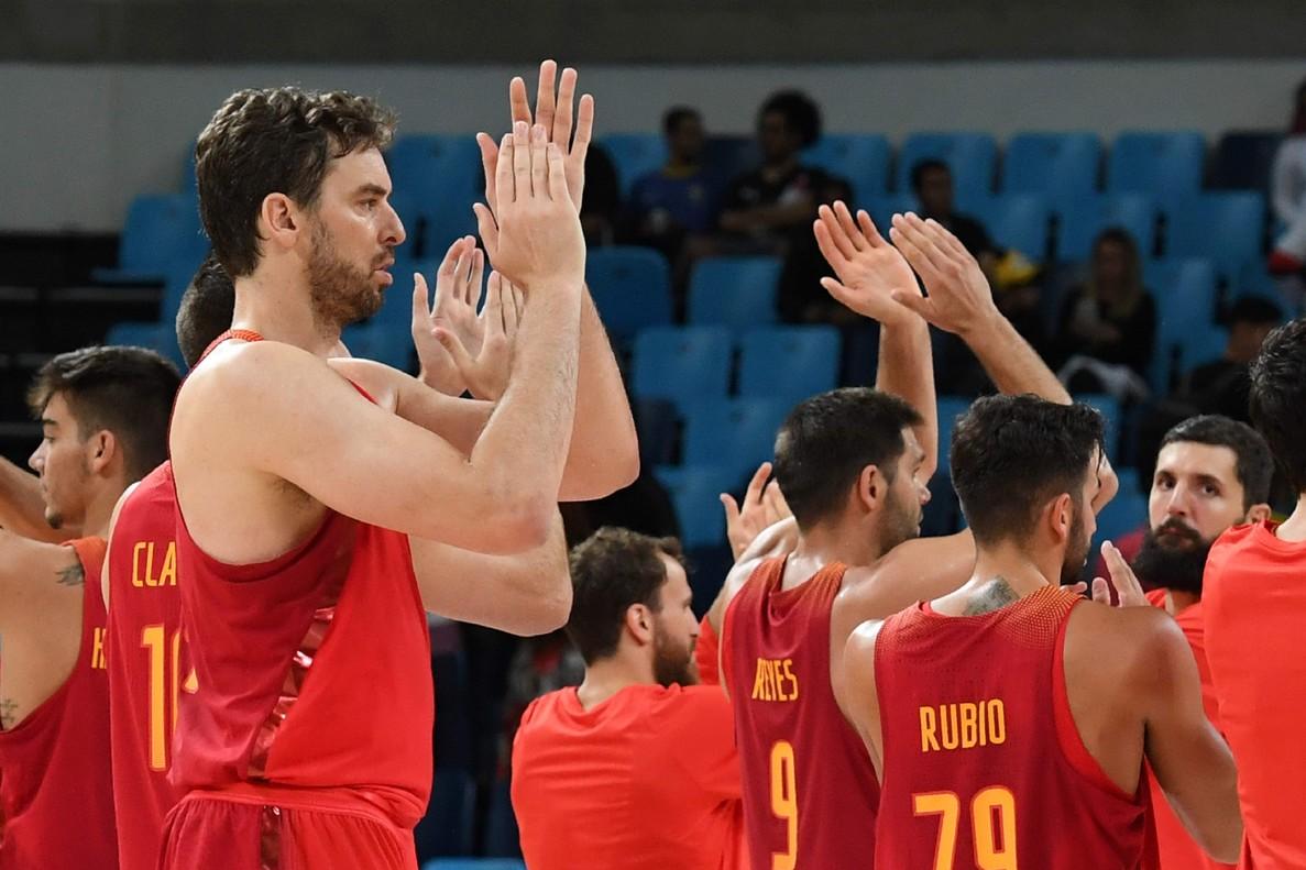 La selecció espanyola de bàsquet celebra la seva victòria amb Estopa