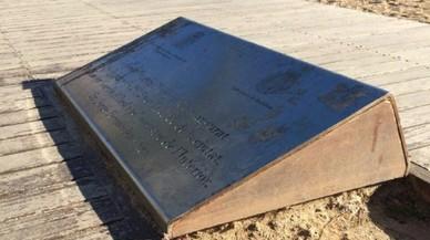 Badalona retira la placa dedicada a Fernández Díaz pels morts de Tarajal