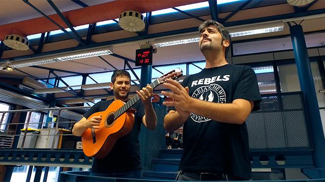 Estopa, cantando en la redacci�n y en el estudio del diario 'Mundo marr�n'.