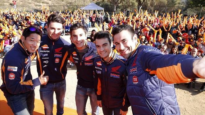 Fujinami, Busto, Márquez, Pedrosa y Bou, en el colegio.