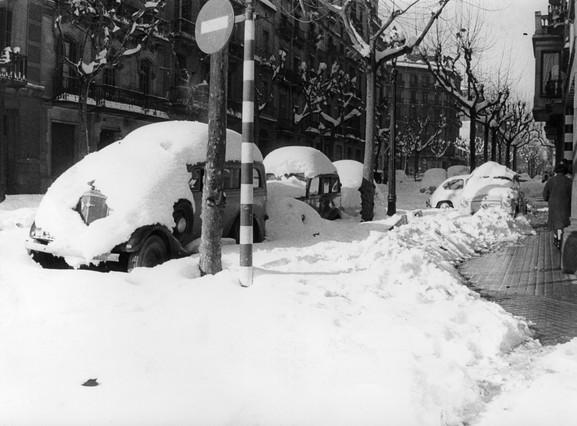 Los medios de transporte se vieron afectados por el temporal. Algunos veh�culos quedaron sepultados bajo la nieve, y los tranv�as y trenes de la ciudad quedaron bloqueados durante tres d�as.