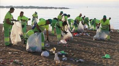 Despliegue de los equipos municipales de limpieza para dejar las playas a punto esta ma�ana.