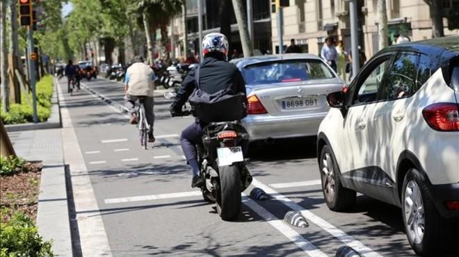 Una moto intenta alcanzar el sem�foro por el carril bici.