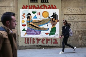 Librería Arunachala (Jovellanos, 1), obra del grafitero Lobizon.