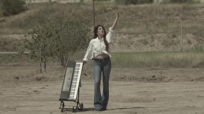 El inicio del videoclip 'Suelo español', pasodoble interpretado por Soleá Morente con el adorno de la cabrita 'Shakira'.