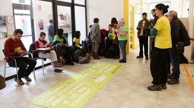 El ampa de una escuela amenazada de cierre ocupa una oficina de Ensenyament en Mataró