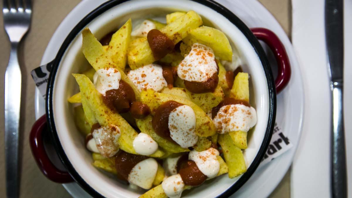 El chef peruano Andrés Huarcaya explica la receta de las patatas bravas con rocoto que sirve en su restaurante, El Practic.