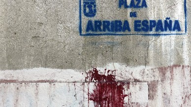 Retiran simbólicamente placas franquistas de Madrid para exigir su desaparición