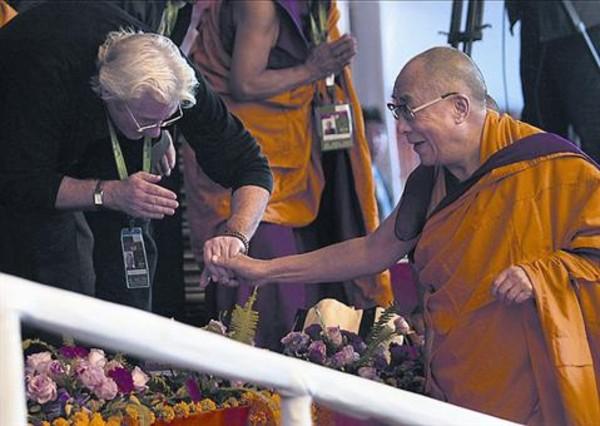 Richard Gere reza en la India con el dalái lama