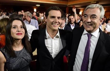 Rivera, entre Arrimadas, candidata a la Generalitat, y Garicano, director de su programa econ�mico, ayer.