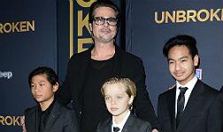 Shiloh, en el centro, con su padre y dos de sus hermanos.