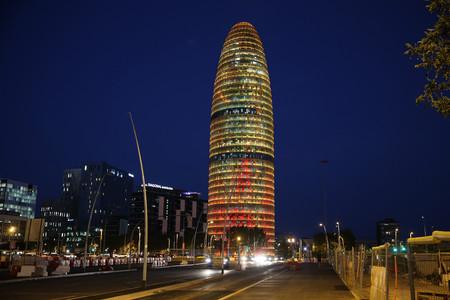Imagen de la torre Agbar iluminada.