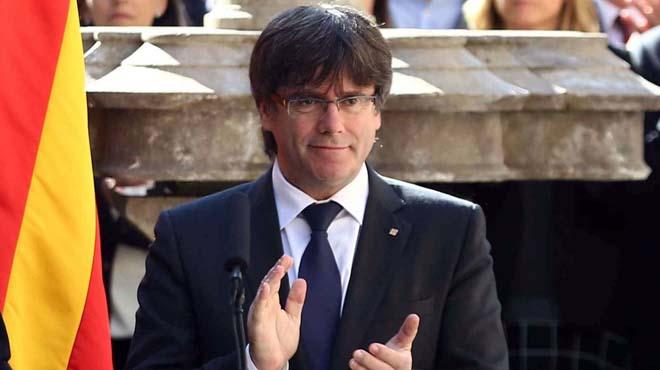 """El president de la Generalitat, Carles Puigdemont, ha animat avui a sumar institucions perquè la festa de Sant Jordi sigui declarada Patrimoni de la Unesco, un reconeixement que no s'aconseguirà """"gràcies als hereus polítics dels que van perseguir la cultura catalana"""", ha afegit en una crítica encoberta al Govern central."""