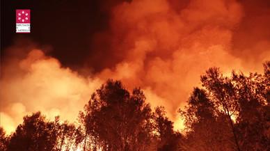 Els mitjans aeris reprenen la lluita contra el foc d'Artana