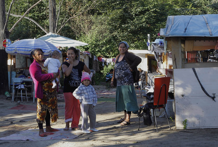 Mujeres y nios en el campamento gitano de Evry, a las afueras de Pars.