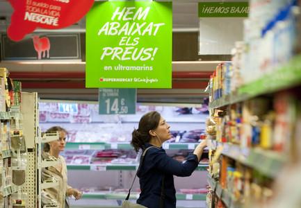 Una señora compra en un supermercado de Barcelona.