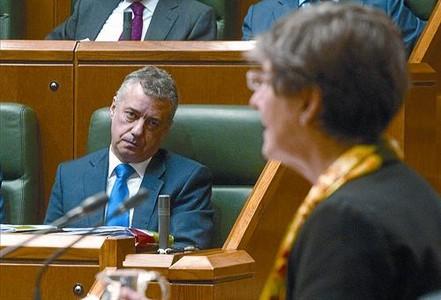 Iñigo Urkullu escucha el discurso de la candidata de EH Bildu, Laura Mintegi, el jueves en el Parlamento vasco.