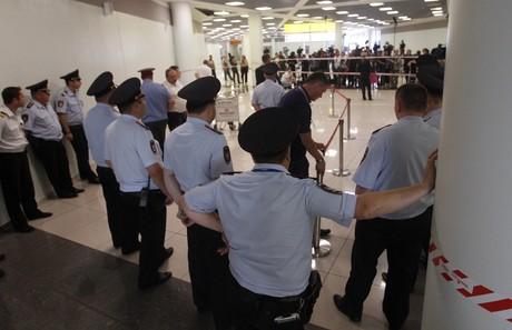 Agentes de seguridad del aeropuerto moscovita vigilan la zona de tránsito donde se encuentra Edward Snowden.