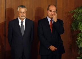 José Antonio Griñán (izquierda), junto al también expresidente andaluz Manuel Chaves, ambos implicados en el caso de los ERE, en septiembre del 2013, en Sevilla.